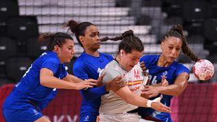 Les Françaises ont flanché face à l'Espagne lors de leur deuxième match de phase de groupes à Tokyo, le 27 juillet 2021. (MARTIN BERNETTI / AFP)