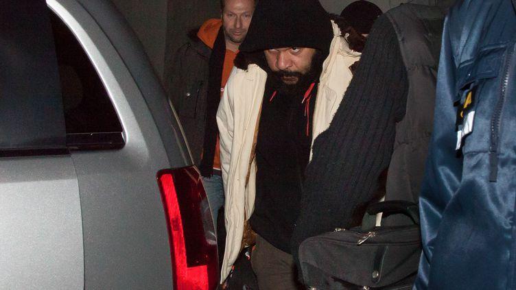 Flanqué de ses gardes du corps, l'humoriste Dieudonné quitte la salle de spectacle de Nyon (Suisse) où il s'est produit, le 3 février 2014. (BORIS HEGER / AFP)