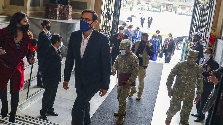 Le président péruvien Martin Vizcarra arrive au Parlement, à Lima, le 18 septembre 2020. (ANDRES VALLE / PERUVIAN PRESIDENCY / AFP)