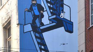 Un pan de mur dans le centre de Bruxelles (Belgique), sur lequel sont représentés Tintin, Milou et le capitaine Haddock, pris le 3 mars 2013. (ANTOINE LORGNIER  / AFP)