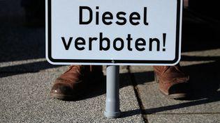 Panneau qui interdit les véhicules diesel porté par un écologiste lors d'une manifestation à Leipzig (Allemagne), le 22 février 2018. (SEBASTIAN WILLNOW / DPA-ZENTRALBILD)