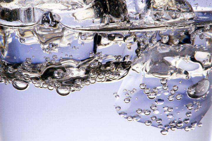 Bue trop rapidement, une eau glacée peut tromper la soif. (NINO MASCARDI / TIPS)
