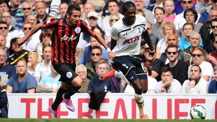 Mauricio Isla (QPR) à la poursuite d'Emmanuel Adebayor (Tottenham) (JAVIER GARCIA / BACKPAGE IMAGES LTD)