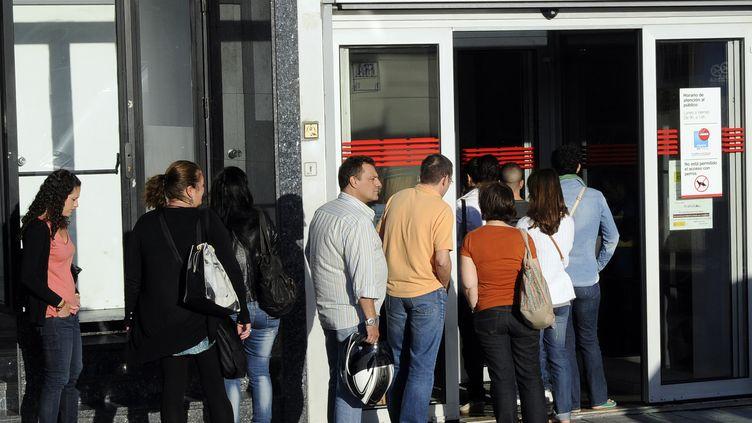 Des personnes font la queue devant une agence pour l'emploi à Madrid (Espagne), le 4 septembre 2012. (DOMINIQUE FAGET / AFP)