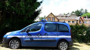 Des gendarmes perquisitionnent une école privée catholique de Presly (Cher), le 2 juin 2017. (MAXPPP)