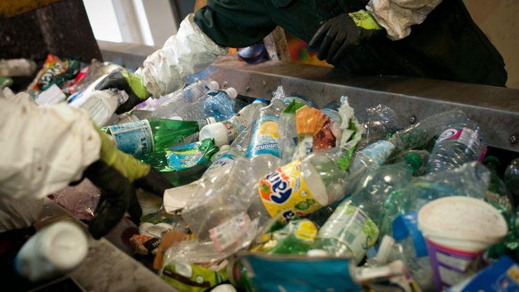 Tri des déchets plastiques (illustration) le 4 juillet 2013 (SIMON DAVAL / MAXPPP)