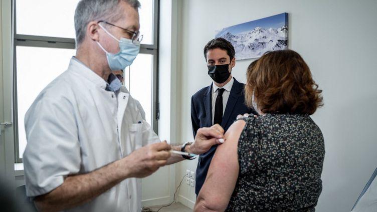 Le porte-parole du gouvernement, Gabriel Attal, assiste à une vaccination, le 26 février 2021 à Lyon (Rhône). (NICOLAS LIPONNE / HANS LUCAS / AFP)