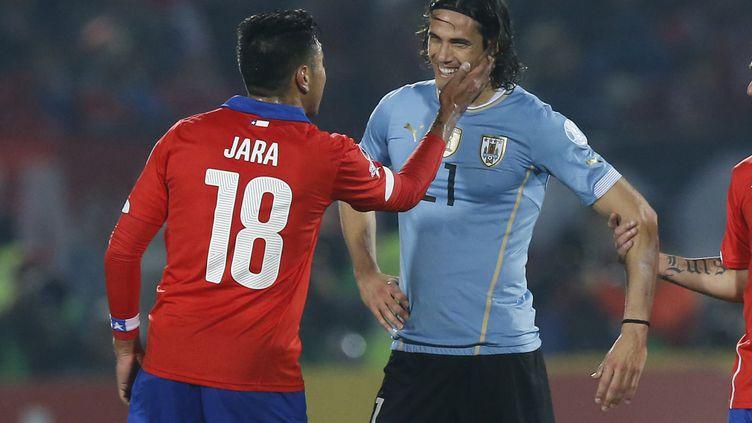 Gonzalo Jara et Edinson Cavani se provoquent lors de Chili-Uruguay en Copa America (MEXSPORT/PHOTOSPORT/MARCELO HERN / MEXSPORT)
