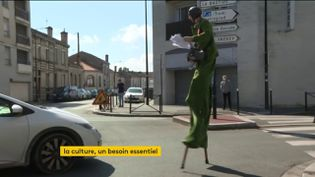 Un artiste dans les rues de Bordeaux (FRANCEINFO)