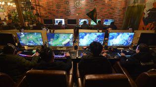 Des personnes jouent en ligne dans un caféde Fuyang (Chine), le 1er mars 2019. (MAXPPP)
