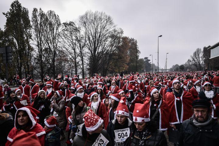 Des milliers de personnes déguisées en père Noël, réunies à Turin (Italie). (MARCO BERTORELLO / AFP)