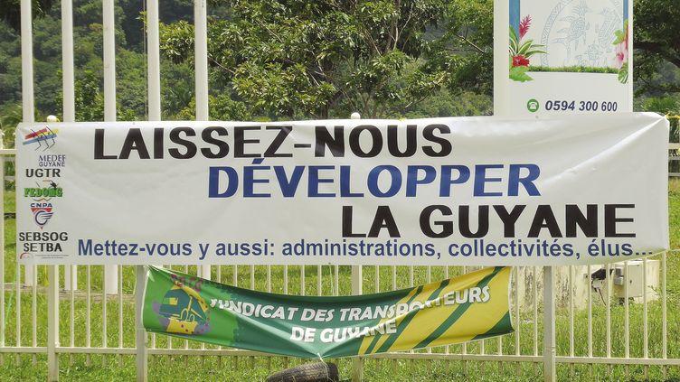 Une banderole déployée par les socioprofessionnels devant la Collectivité territoriale de Guyane, le 28 mars 2017. (MAXPPP)
