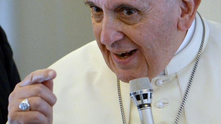 Le pape François donne une conférence de presse dans l'avion entre la Corée du Sud et Rome (Italie), le 18 août 2014. (VINCENZO PINTO / AFP)