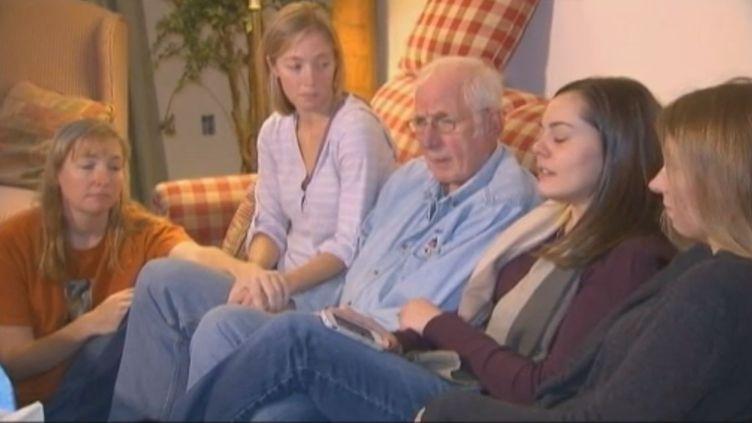 La famille de Dawn Hochsprung, la directrice de l'école de Newtown (Etats-Unis), tuée lors de la fusillade survenue le 14 décembre 2012. (CNN / FRANCE 2)