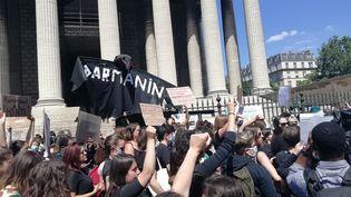 Des militantes féministes protestent sur la place de la Madeleine (Paris) contre la composition du nouveau gouvernement, le mardi 7 juillet 2020.  (MAÏWENN BORDRON / RADIO FRANCE)