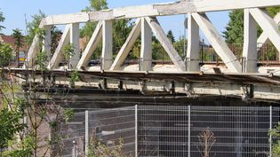Le pont de Crépy-en-Valois, dans l'Oise, le 29 juillet 2019. (ROBIN PRUDENT / FRANCEINFO)
