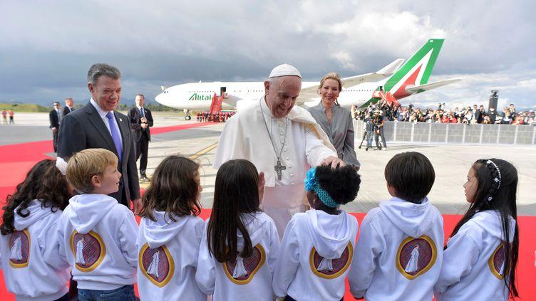 Le pape François à son arrivée en Colombie, accueilli mercredi 6 septembrepar des enfants et le président Santos, prix Nobel de la paix 2016. (REUTERS / OSSERVATORE ROMANO)