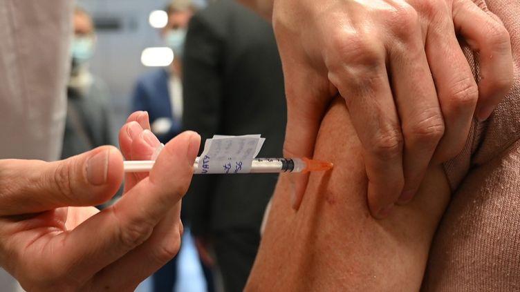 Une personne reçoit la première injection du vaccin Pfizer-BioNTech, le 5 janvier 2021 à Rennes (Ille-et-Vilaine). (ESTELLE RUIZ / NURPHOTO / AFP)