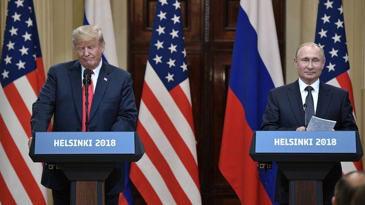 Le président américain, Donald Trump, et le président russe, Vladimir Poutine, lors d'une conférence de presse à l'issue de leur rencontre à Helsinki (Finlande), le 16 juillet 2018. (ALEKSEY NIKOLSKYI / SPUTNIK / AFP)