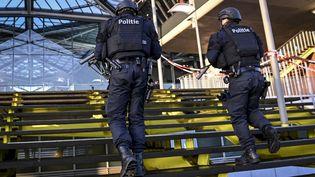 Des policiers devant le tribunal d'Anvers (Belgique), le 4 février 2021. (DIRK WAEM / BELGA MAG / AFP)