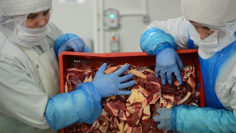 Des ouvrières roumaines conditionnant de la viande, le 12 février 2013, près de Bucarest. (DANIEL MIHAILESCU / AFP)