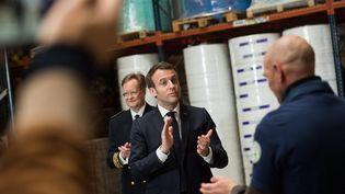 Cette semaine a été marquée par une intense communication gouvernementale comme la visite d'Emmanuel Macron dans une usine de production de masques près d'Angers, mardi 31 mars. (LOIC VENANCE / POOL / MAXPPP)