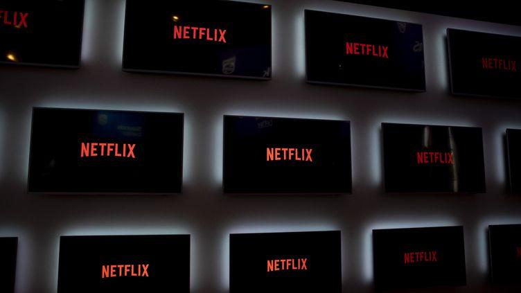 Des écrans de télévision affichent le logo de Netflix. (EMMANUELE CONTINI / NURPHOTO)