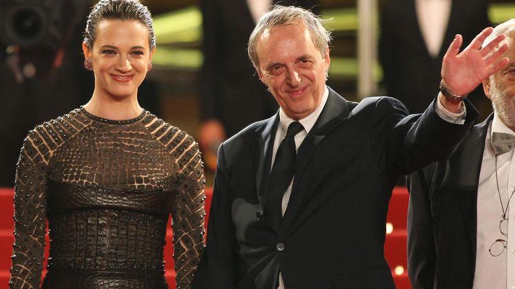 Dario et Asia Argento, sur les marches du palais des Festivals, à Cannes (Alpes-Maritimes), le 19 mai 2012. (VALERY HACHE / AFP)