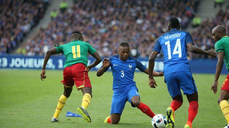 Evra et Matuidi aux prises avec les Camerounais (OLIVIER LEJEUNE / MAXPPP)