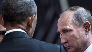 Les présidents américain Barack Obama et russe Vladimir Poutine s'entretiennent avant le sommet de coopération Asie-Pacifique à Lima (Pérou) le 20 novembre 2016. (BRENDAN SMIALOWSKI / AFP)