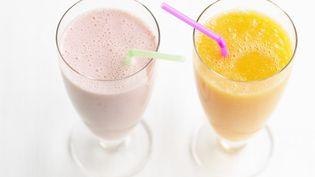 Les smoothies et les jus de fruits sont le nouveau danger en matière de santé publique selon des chercheurs de l'Université de Caroline du Nord (Etats-Unis). (ATTENTION MANGER / FRANCETV INFO)