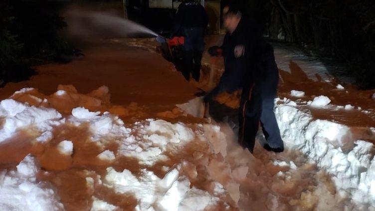 Des agents de police tentent de se frayer un chemin dans la neige, à Ottawa (Canada), le 8 mars 2019. (POLICE D'OTTAWA)
