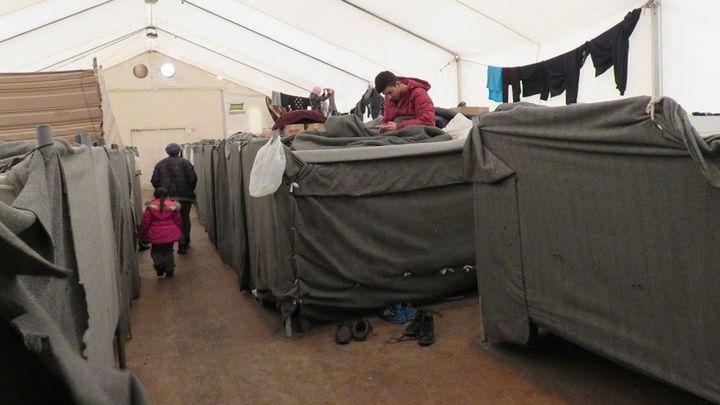 Une centaine de personnes sont hébergées sous chacune des cinq tentes du centre d'Adaševci. (CARE)