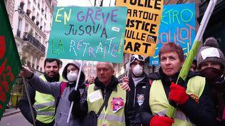 Des militants du syndicat Sud dans la manifestation parisienne contre la réforme des retraites, le 5 décembre 2019. (YANN THOMPSON / FRANCEINFO)