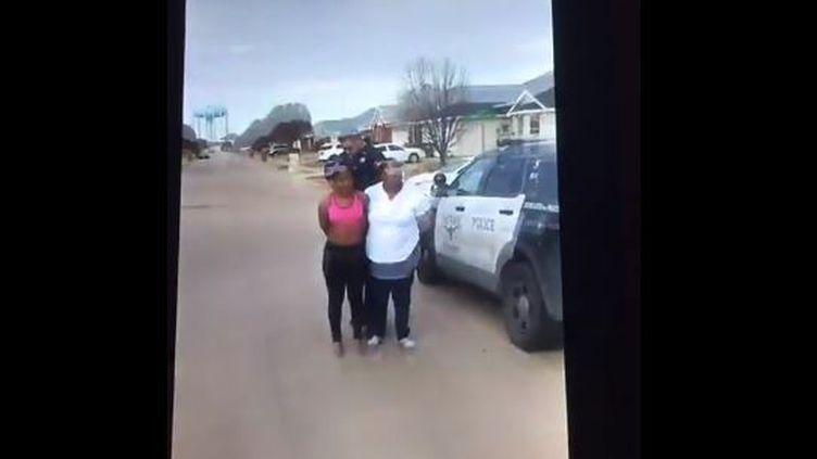 Jacqueline Craig et sa fille lors de leur arrestation le 21 décembre 2016 à Fort Worth au Texas (Etats-Unis). (FACEBOOK)