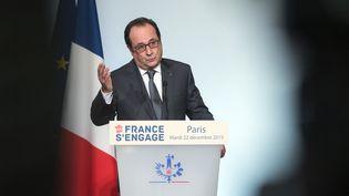 """Le président François Hollande fait un discours au palais de l'Elysée, avant de récompenser les lauréats du projet """"La France s'engage"""", mardi 22 décembre 2015. (AFP)"""