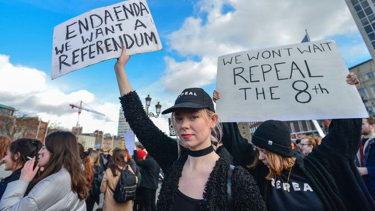 Des manifestants réclament à Dublin (Irlande) l'abrogation du 8e amendement à la Constitution de 1937, le 8 mars 2017. (ARTUR WIDAK / NURPHOTO / AFP)