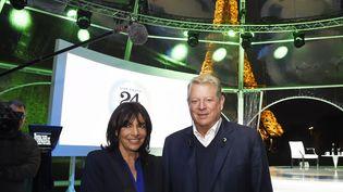 """Al Gore et Anne Hidalgo avantl'émission de télévision en direct """"de 24 heures de la réalité"""" le 13 Novembre 2015 au pied de la Tour Eiffel à Paris (DOMINIQUE FAGET / AFP)"""