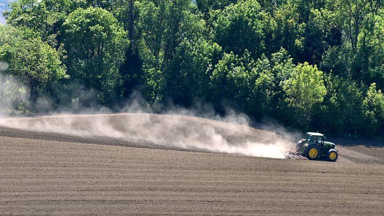 Un agriculteur au volant d'un tracteur dans une exploitation de Lectoure, dans le Gers. (REMY GABALDA / AFP)