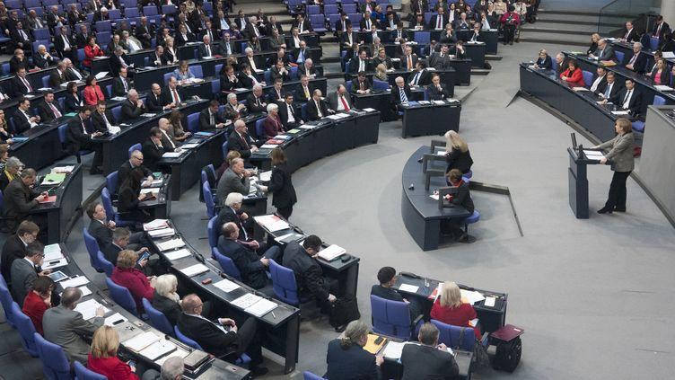 Angela Merkel devant des députés allemands au Bundestag le 21 février 2013. (THOMAS PETER / REUTERS)