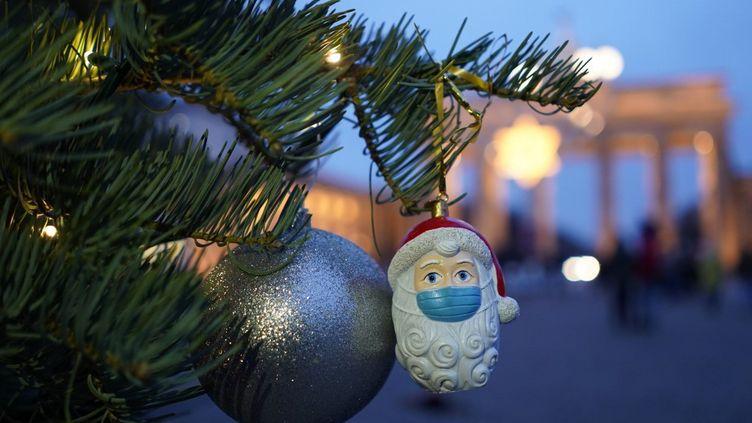 Un sapin de Noël à Berlin (Allemagne), le 12 décembre 2020. (JORG CARSTENSEN / DPA / AFP)