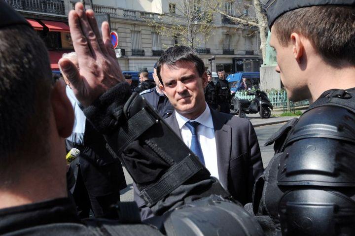 Le ministre de l'Intérieur Manuel Valls rend visite aux policiers chargés d'encadrer la manifestation contre le mariage de personnes du même sexe, le 21 avril 2013. (PIERRE ANDRIEU / AFP)