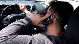 Parmi les comportements dangereux recensés par l'association Attitude Prévention : le téléphone au volant (photo d'illustration) (JULIO PELAEZ / MAXPPP)