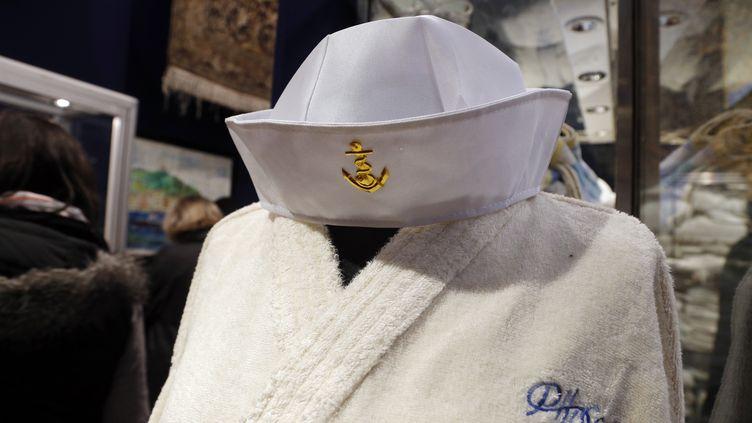 Un peignoir griffé du Phocéa, l'un des objets mis en vente lundi 28 avril à l'hôtel Drouot de Paris. (FRANCOIS GUILLOT / AFP)