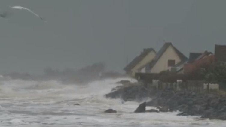La tempête Ciara a balayé le tiers nord du pays. Toute la nuit du 9 au 10 février, les vents étaient forts sur tout le littoral avec des vagues allant jusqu'à 6 mètres de hauteur. (FRANCE 2)