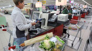 5 septembre 2008,une cliente d'un hypermarché rennais (MARCEL MOCHET / AFP)