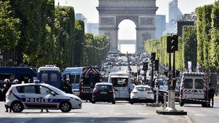 L'auteur de l'attentat raté des Champs-Elysées, Adam Djaziri, était fiché pour radicalisation et titulaire d'un port d'armes. (ALAIN JOCARD / AFP)