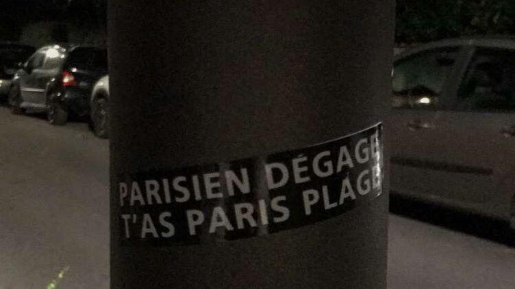 Des autocollants ont fleuri sur Biarritz. (DR)