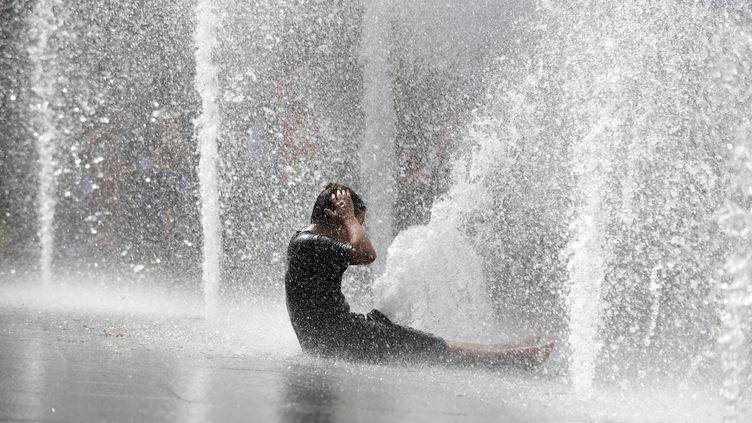 Un enfant joue dans une fontaine à Toulouse (Haute-Garonne), le 26 juin 2019. (ALAIN PITTON / NURPHOTO / AFP)