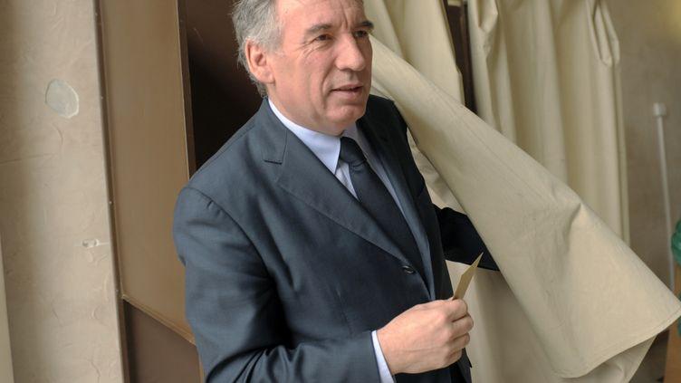 François Bayrou, président du Modem et maire de Pau, le 29 mars 2015 à Pau (Pyrénées-Atlantiques), à la sortie de l'isoloir. (IROZ GAIZKA / AFP)